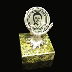 """Серебряная монета на оригинальной подставке """"Дерево"""""""