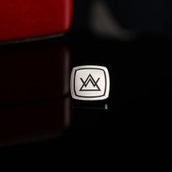Серебряная пуговица с логотипом