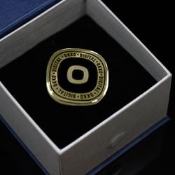 Золотой корпоративный значок с лого