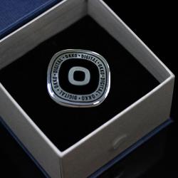 Серебряный корпоративный значок с лого